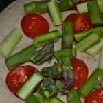 Brotteig mit Spargel, und Tomaten