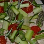 Brotteig mit Spargel, Tomaten und Rosmarin