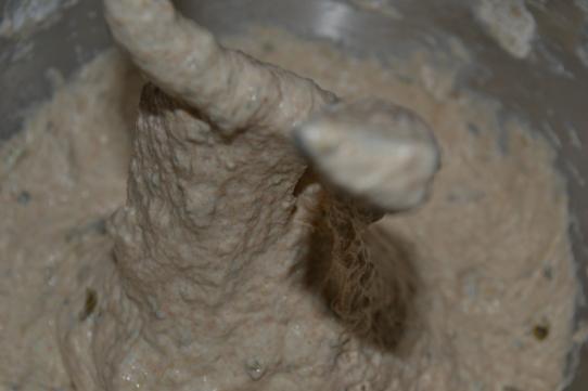 Zutaten mit Knethaken vermischen