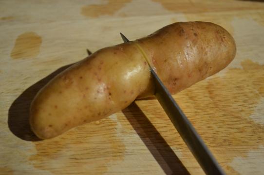 Kartoffeln fein einschneiden