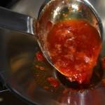 Chili-Gelee in vorgewärmte Einmachgläser füllen und schnell verschließen