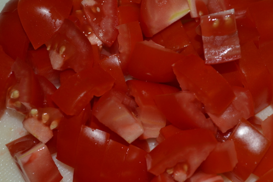 Tomaten in feine Würfel schneiden