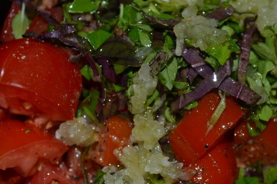 Tomaten mit Knoblauch und Basilikum würzen