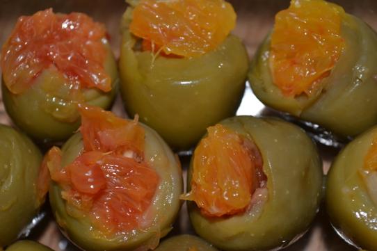 mit Blutorangen gefüllte Oliven