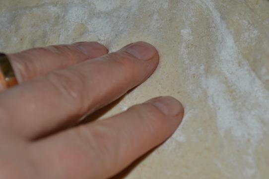 Teig mit der Hand flach drücken
