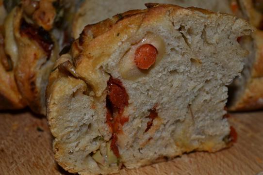 Schneckenbrot mit Tomaten und Oliven