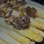 Spargel mit frischen Morcheln