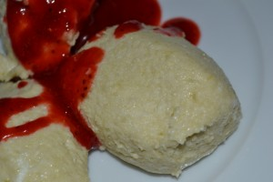 Rhabarber-Mus mit Erdbeersauce