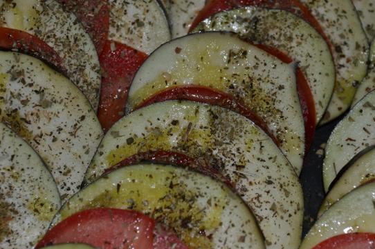 Auberginen mit Tomaten würzen