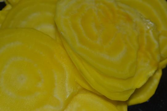 gelbe Bete in dünnen Scheiben