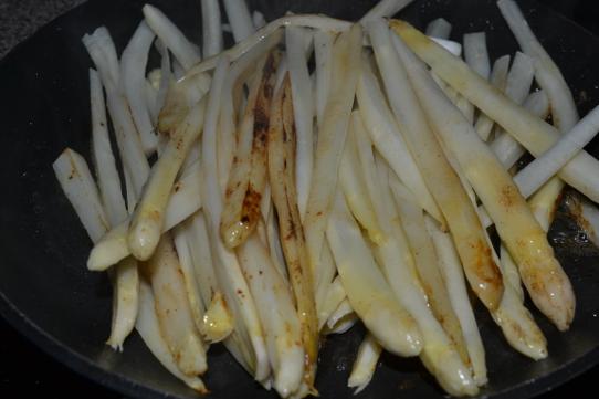 Spargelspalten in Butter anbraten