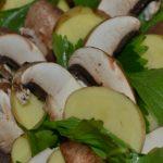 Kartoffelscheiben Champignonscheiben und Petersilie
