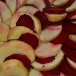 Kartoffeln und rote Bete in Scheiben geschnitten