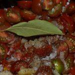 Tomatensauce würzen